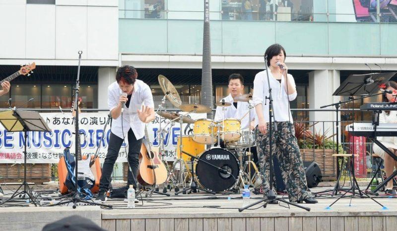 講師陣による姫路駅前広場での野外ライブです。